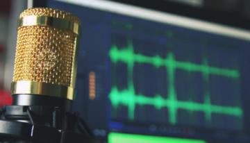 portada: micrófono y ordenador con programa de grabación y edición de sonido