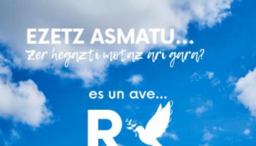 """Hay un dibujo de una paloma blanca, delante de la cual hay una """"R"""", todo esto sobre un cielo azul algo nublado. ¿De qué ave se trata?"""